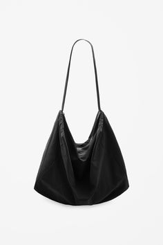 A relaxed shape and style, this shoulder bag is made from a lightweight technical fabric. Fully lined in cotton, it has an inside compartment, long strap and easy zip fastening.