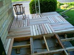 DIY: Pallet Wood Deck - build a deck using salvaged pallet wood. This post explains how to salvage wood from a pallet. For pergola floor Pallet Porch, Pallet Decking, Pallet House, Pallet Fence, Outdoor Pallet, Pallet Crafts, Pallet Projects, Diy Projects, Woodworking Projects