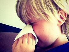 Learn the difference between a common cold and a more serious illness. Flu Symptoms, Natural Parenting, Allergies, Body Care, Health And Beauty, Health Care, Life Hacks, Health Fitness, Knowledge