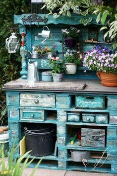 made of pallet wood :: nice potting bench in the garden leuke tafel van steigerhout voor in de tuin :)