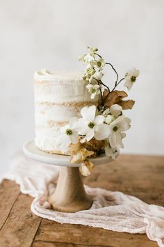 Single-serving wedding cake adorned with small white and beige blooms. Single-serving wedding cake adorned with small white and beige blooms. Floral Wedding Cakes, Elegant Wedding Cakes, Cool Wedding Cakes, Wedding Cake Designs, Wedding Desserts, Wedding Cake Toppers, Elegant Cakes, Wedding Cake Decorations, Floral Cake