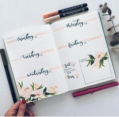 A weekly spread with pink accents and flower drawings in bullet journal | Bullet Journal Weekly | Flower Weekly | Handlettering | Bujo #handlettering #bujo #bulletjournal Bullet Journal Weekly Spread Layout, Bullet Journal 2019, Bullet Journal Ideas Pages, Bullet Journal Inspiration, Bujo Weekly Spread, Bullet Journal For School, Bullet Journal Habit Tracker, Bullet Journal Films, Bullet Journal Sections
