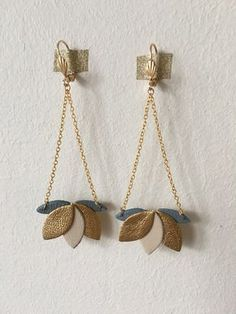 Boucles d'oreilles nénuphar en cuir doré et bleu élégantes et féminines tendance bohème chic : Boucles d'oreille par sweethingsandco