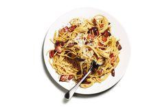 Whole-Wheat Olive Carbonara Whole Wheat Spaghetti, Kalamata Olives, Healthy Fruits, Few Ingredients, Base Foods, Pasta Recipes, Good Food, Tasty, Favorite Recipes