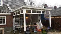 Werk in uitvoering. Sfeervolle veranda met open haard en bovenlichten. Www.verandaservice.nl