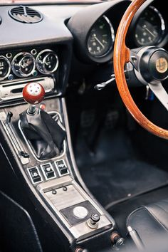 Alfa Romeo Spider Interior   https://de.pinterest.com/ironandtweed/its-whats-on-the-inside-that-counts/