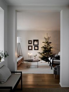 modern Christmas decoration ideas that the classic m .- modern Christmas decorating ideas that are the classic blend of luxurious sophistication Living Room Remodel, Apartment Living, Living Room Decor, Cozy Apartment, Modern Christmas Decor, Christmas Home, Minimalist Christmas Tree, Merry Christmas, Scandinavian Christmas Decorations