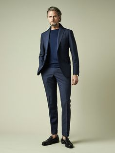 How to wear: navy suit, navy crew-neck sweater, black leather loafers Casual Suit, Men Casual, Smart Casual, Style Casual, Mens Fashion Suits, Mens Suits, Mode London, Summer Office Outfits, Celebridades Fashion