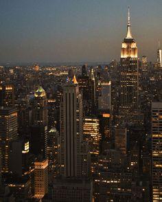 New York city at nite New York Life, Nyc Life, City Aesthetic, Travel Aesthetic, Avion New York, New York Vintage, City Vibe, City Wallpaper, Dream City