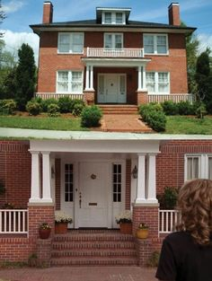 "When Peyton goes to visit her old house in season 5, it's actually a different house. | Community Post: 41 Things You Might Not Know About ""One Tree Hill"""