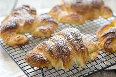 receta con fotografias paso a paso de cómo hacer croissants o cruasanes de mantequilla. Una vez que pruebes un croissant casero, no querrás otro. Croissants, Empanadas, French Toast, Bakery, Food And Drink, Bread, Breakfast, Recipes, Youtube