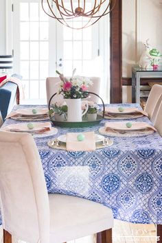 This cobalt blue and blush pink spring tablescape will give you lots of inspiration to get your dining room ready for your spring entertaining or Easter brunch. Color Combos, Color Schemes, Dining Room Blue, Cobalt Blue, Tablescapes, Blush Pink, Easter Brunch, Table Decorations, Living Room