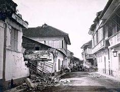 Estado en que quedaron las viviendas en la calle de Quiotán en el barrio de Santa Cruz, Manila, tras el terremoto de 1880 Francisco van Camp. SHM Tras el terremoto de 1880 la administración española dictó unas normas de edificación que modernizaban la forma de construcción con la introducción de nuevas técnicas y materiales.Viviendas