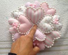 Acompanhe o passo à passo de como fazer uma guirlanda para porta de tecidos de corações. Diy Arts And Crafts, Felt Crafts, Fabric Crafts, Sewing Crafts, Diy Crafts, Bubble Quilt, Craft Projects, Sewing Projects, Sewing To Sell
