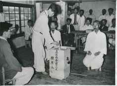 주민이 투표하는 모습(1948). 생산기관 : 미국 국립기록관리청
