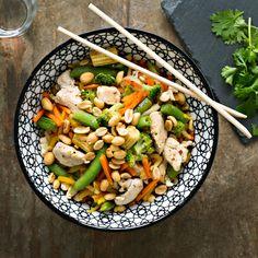 Pähkinä-broileriwokki | K-Ruoka  #aasia #kana Pasta Salad, Cobb Salad, Healthy Food, Healthy Recipes, Koti, My Cookbook, Bon Appetit, Ethnic Recipes, Crab Pasta Salad