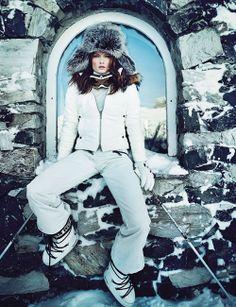 BLANC COMME NEIGEDoudoune en cuir, à capuche gansée de fourrure, Ventcouvert, pull à col roulé en cachemire, Les Ateliers de la Maille, pantalon de ski côtelé, Fusalp. Chapka Yves Salomon, masque Adidas, gants Ride, après-ski Moon Boot by Tecnica, bâtons Kerma