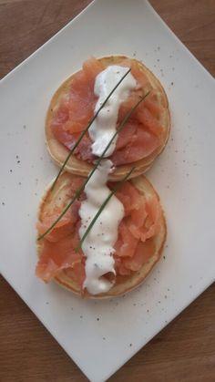 Pancake salati con salmone e salsa avida