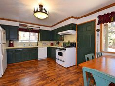 VRBO.com #919297 - Cozy Lakefront: Gas Fireplace! Boar Dock!Outdoor Hot Tub! Scenic Views! Bbq!