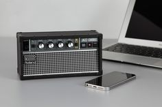 電子楽器のローランドが、ギターアンプ「Jazz Chorus」のデザインを纏うBluetooth スピーカー、JC-01を発表しました。Jazz Chorus と同じ3バンドのイコライザーと音量ツマミを全面に配置し、「高精細でクリア」かつ「パワフルな重低音サウンド」としています。