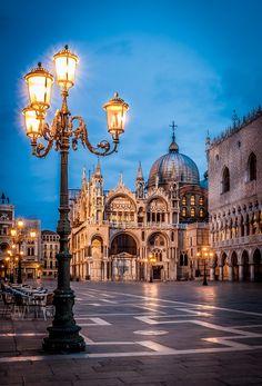 Piazza San Marco, Venice, Venice, Italy~ luce, l'acqua, e gli pigioni...che belissima chiesa e palazzo. Un poco cielo.
