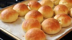 Dinner rolls done in a crock pot! Take any yeast bread dough and cut into small roll-sized pieces. Put them in a buttered crockpot and let them rise for an hour. Cook the rolls on high for 60 to 90 minutes until they're no longer sticky. Easy Homemade Rolls, Homemade Dinner Rolls, Best Dinner Roll Recipe, Dinner Rolls Recipe, Bread Machine Rolls, Crockpot Recipes, Cooking Recipes, Bread Recipes, Yummy Recipes
