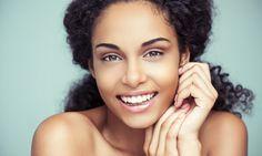 Retire a maquiagem com soro fisiológico: Depois de lavar o rosto usando sabonete, retire o que sobrou da maquiagem com a ajuda de um algodão embebido de so.