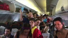 Passageiros de um voo da Gol, entre Rio e São Paulo, abriram as portas de emergência do avião depois de passarem mais de uma hora dentro da aeronave, que estava sem ar condicionado. Por causa do ca...