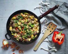 Viikon ruokalista vko 12: Kasvisruokaa koko viikoksi - Kotiliesi.fi Halloumi, Iron Pan, Garam Masala, Tofu, Curry, Food And Drink, Kitchen, Recipes, Lasagna