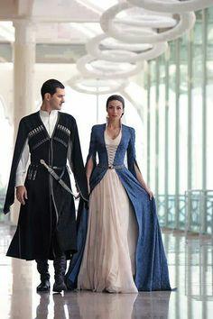 Lindo casal de noivos com roupas medievais dos nobres. #casamento #criativo…