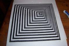Comment dessiner un trompe l'oeil ? C'est toujours un peu magique de jouer avec les perspectives et les effets trompe l'oeil. Pour une décoration d'intérieur, les cadres trompe l'oeil sont indémodables. Celui que je vous propose est extrêmement simple à réaliser mais il garantit une surprenante impression de profondeur ou de relief selon votre angle de vue. Labyrinthe, tourbillon, triangle, le regard et l'esprit s'y perdent.