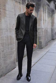 カーキジャケット,黒Tシャツ,ブラックパンツ,着こなしメンズ