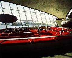 Trans World flight Center at New York Airport, transit lounge at the main building. In: md - moebel interior desing, Stuttgart, 4/1963.