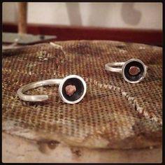 Anéis novos pro bazar! Prata, cobre e oxidação. #bazar #mercadoacolá #mercado #cobre #prata #silver #jewelry #jewellery #joalheria #joias #joia #handmadejewelry #handmade #handcraft #instajewelry #instafashion #instagood #instajewelrygroup #jewellerymonthly #blingbling #artesanal #artesanato #moda #fashion #anel #ring #evento #liquidação #linaprades #linapradesjoias
