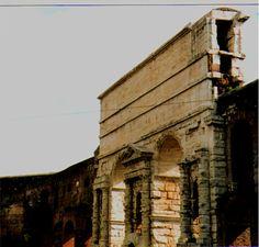 """Porta Maggiore a Roma è formata da arcate dell'acquedotto Claudio; in alto sono visibili i canali sovrapposti del Claudio e dell' """"Anio Novus"""""""