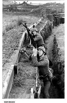German soldier`s against allied aircraft - The Atlantic Wall Nagasaki, Hiroshima, German Soldiers Ww2, German Army, Luftwaffe, World History, World War Ii, Fukushima, Rare Images