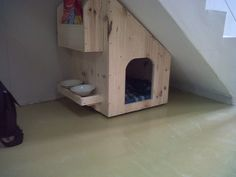 Tuck under stairs dog den! Crate Bed, Pet Hotel, Cool Dog Houses, Animal Room, Cool Dog Beds, Dog Rooms, Pet Furniture, Cat Crafts, Under Stairs