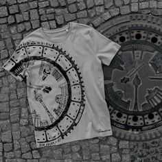 This print is taken directly from a Berlin manhole cover.Each t-shirt is one of a kind with little special differences. Round Neck T-shirt.Single Jersey | 100% organic cotton |medium fit size guide Deliverywithin 4 to 10 days |lieferbarin 4 – 10 Tagen