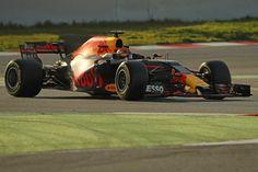 Ook tijdens de testdagen in Barcelona is de hype rond Max Verstappen voelbaar. Internationale media, sponsoren én fans willen eigenlijk maar één ding weten van de jonge Formule 1-coureur: kan hij dit jaar meedoen om de wereldtitel?