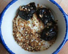 Raining-outside prunes porridge - Jaime Olliver inspired recipe for rainy mornings Confort Food, Raining Outside, Shredded Coconut, Oatmeal, Toast, Brunch, Cooking, Breakfast, Health