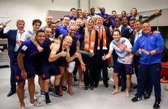 Koning Willem-Alexander en koningin Maxima in de kleedkamer van het Nederlands elftal.