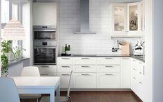 Potpuno bijela METOD kuhinja s krem frontama i staklenim vratima, KLARLUFT napom i RAFFINERAD pećnicom