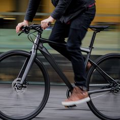 Simplicity and ease of use, the Boardman URB features Shimano's sublime Alfine 8 speed internal hub gearing system. Bici Fixed, Moto Scrambler, Titanium Bike, Retro Bicycle, Push Bikes, Bike Photography, Urban Bike, Commuter Bike, Bike Style