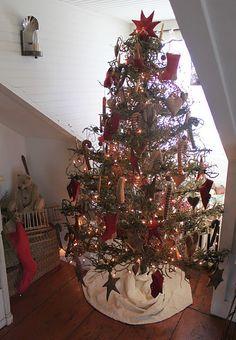 homespun tree. Love all the handmade decorations! Cute tree skirt, too.