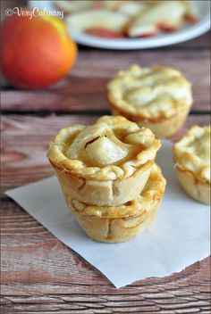 Mini Peach Pies Very Culinary Mini Peach Pies Sehr kulinarisch Bite Size Desserts, Köstliche Desserts, Delicious Desserts, Dessert Recipes, Yummy Food, Mini Peach Pies, Mini Pies, Mini Peach Cobbler, Mini Apple Pies