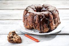 Θεϊκό κέικ-τσουρέκι με καραμέλα κανέλας, σοκολάτα & κράνμπερι