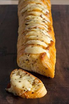 Cheesy Garlic Bread The secret to the best-ever garlic bread. Cheesy Garlic Bread The secret to the best-ever garlic bread recipe? Just spread slices of French bread with a butter mixture and add slices of CRACKER BARREL Aged Reserve Extra Sharp Che Cheesy Garlic Bread, Garlic Bread With Cheese, Garlic Bread Baguette, French Garlic Bread, Best Garlic Bread Recipe, Cheesy Knoflookbrood, Italian Cheese Bread, Baguette Recipe, Love Food