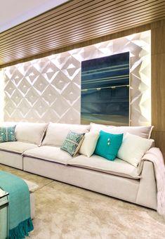 Sala de TV e Lareira projetada por Carolina Bastos para a Casa Cor PR