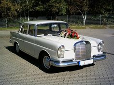 Diesen Mercedes Benz Heckflosse (BJ 1959) könnt ihr bei oldtimer-fahrdienst.de für euren großen Tag buchen.