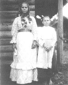 Две сестры в праздничной одежде. Ярославская губ., Пошехонский уезд, д. Овинчищи. 1915 год.